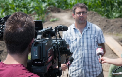 Dr. Barry Molloy gives an interview to the press about the excavation of Idjos, Serbia